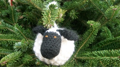Free crochet pattern: Chubby Sheep amigurumi by Underground Crafter - Chubby Sheep ornament on tree