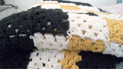 Free crochet pattern: Double Irish Chain Granny Square Blanket by Underground Crafter