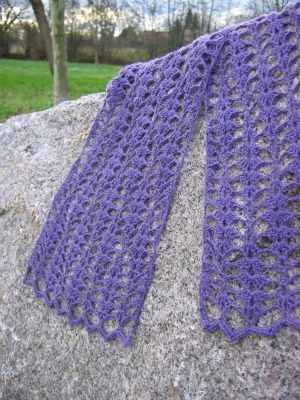 Violet Points Scarf, a free pattern by Annette Petavy.