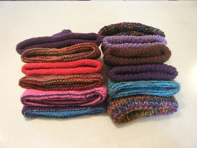 Dozen Baby Hats (in the round), a free knitting pattern by Denise Balvanz. Image (c) Denise Balvanz.