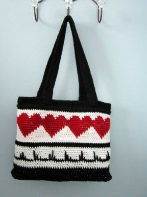 Heart-Throb Tote by Wolf Crochet - free tapestry crochet pattern roundup on Underground Crafter