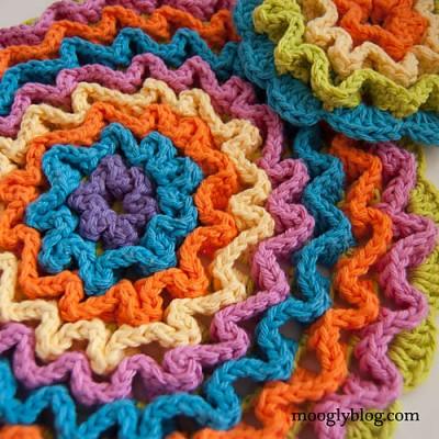 Wiggle It Crochet Trivet and Dishcloth Set, free crochet pattern by Tamara Kelly.