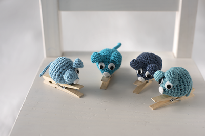 Mouse Pin, free crochet pattern in English and Spanish by El Gallo Bermejo.