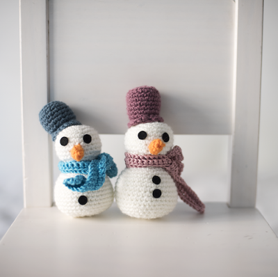 A Snowman, free crochet pattern in English and Spanish by El Gallo Bermejo.