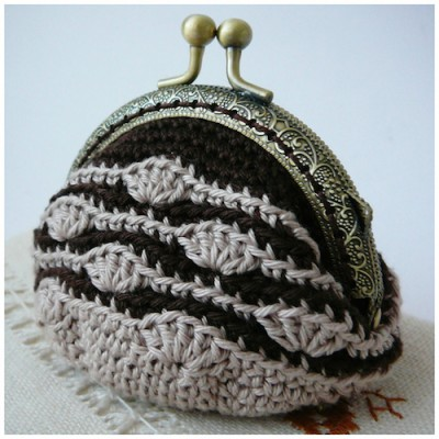 Vintage Coin Purse, free crochet pattern in English and Spanish with international stitch symbols by Pitusas y Petetes.