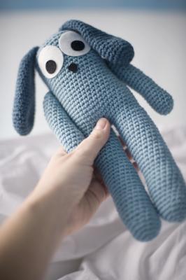 Blue Ears Bunny, free crochet pattern in English and Spanish by El Gallo Bermejo.