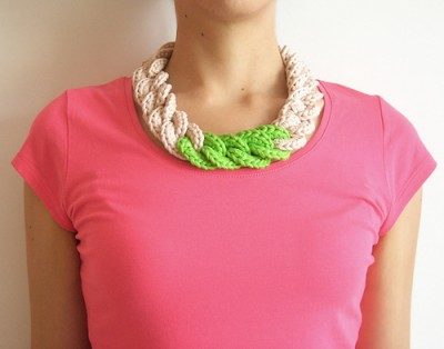 Chain Necklace, free crochet pattern and photo tutorial in English and Spanish by Maria Isabel.