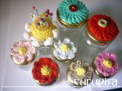 Daisy Pincushion, free crochet pattern by Silvia Insaurralde in English and Spanish.