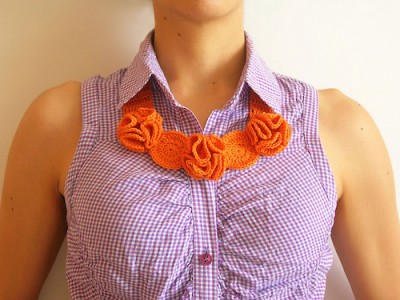 Flower Necklace, free crochet pattern in English and Spanish by Maria Isabel. Including a photo tutorial for assembly.