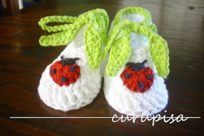 Ladybugs and Leaves, free crochet booties pattern by Silvia Insaurralde in English and Spanish.
