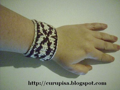 Pampa Cuff, free crochet pattern by Silvia Insaurralde in English and Spanish.