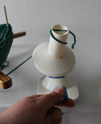How To Wind Yarn with a Swift and Winder Tutorial by Underground Crafter   Do you have a skein of indie yarn, handspun, or farmers market yarn that you don't know how to wind? This step-by-step tutorial shows how to wind yarn using a tabletop swift and manual winder so you can have center-pull yarn cakes for crocheting or knitting.