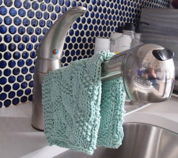 Diagonal Moss Stripe Dishcloth, free knittting pattern in Lion Brand 24/7 yarn by Underground Crafter #knittedkitchen