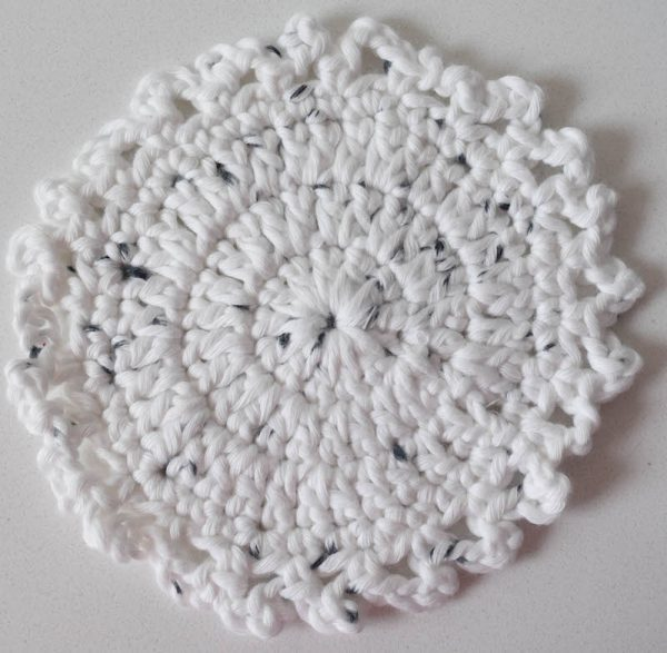 Little Dots Coaster, free crochet pattern in Wool and the Gang Shiny Happy Cotton yarn by Underground Crafter | Get this easy peasy coaster pattern and find more inspiration in the roundup for 18 free crochet and knitting patterns for winter white décor.
