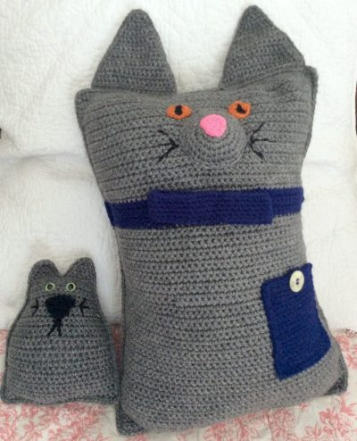 Free crochet patterns: Mr. Putty Cat, Sr. and Putty Cat, Jr. in Red Heart Super Saver, stuffed with Fairfield Royal Silk Fiber Fill by Underground Crafter