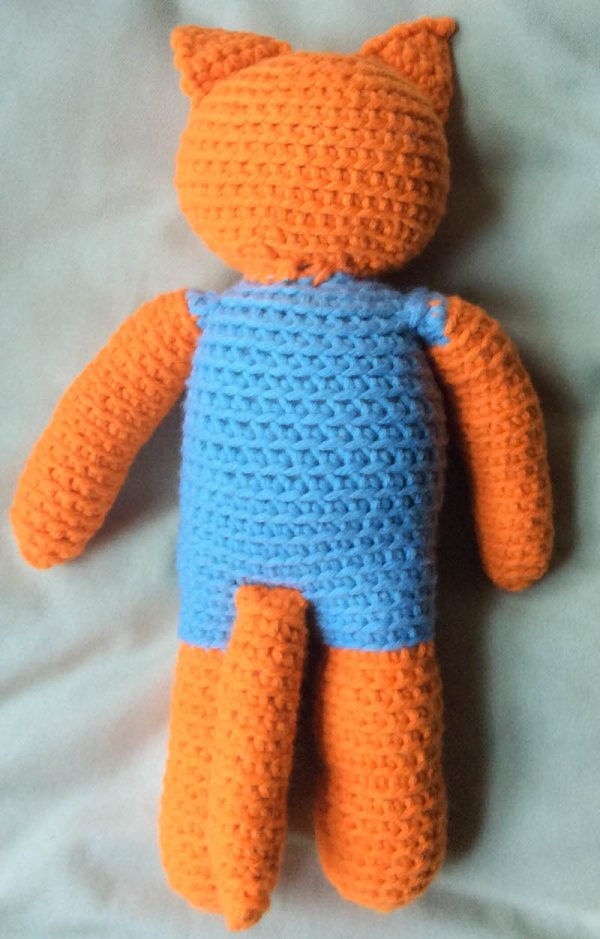 Free crochet pattern: Kitty in a Romper in Paintbox Yarns Wool Mix Chunky yarn stuffed with Fairfield Poly-Fil Royal Silk Fiber Fill by Underground Crafter - backside and tail of cat amigurumi