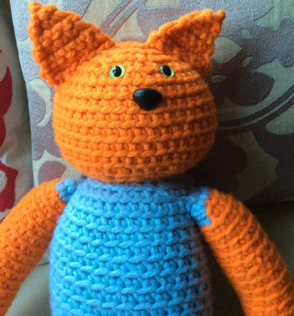 Free crochet pattern: Kitty in a Romper in Paintbox Yarns Wool Mix Chunky yarn stuffed with Fairfield Poly-Fil Royal Silk Fiber Fill by Underground Crafter - cat amigurumi with ears up