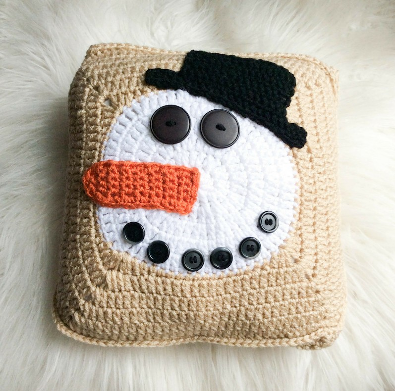 Free crochet pattern: Norman Buttons the Snowman Pillow by Underground Crafter