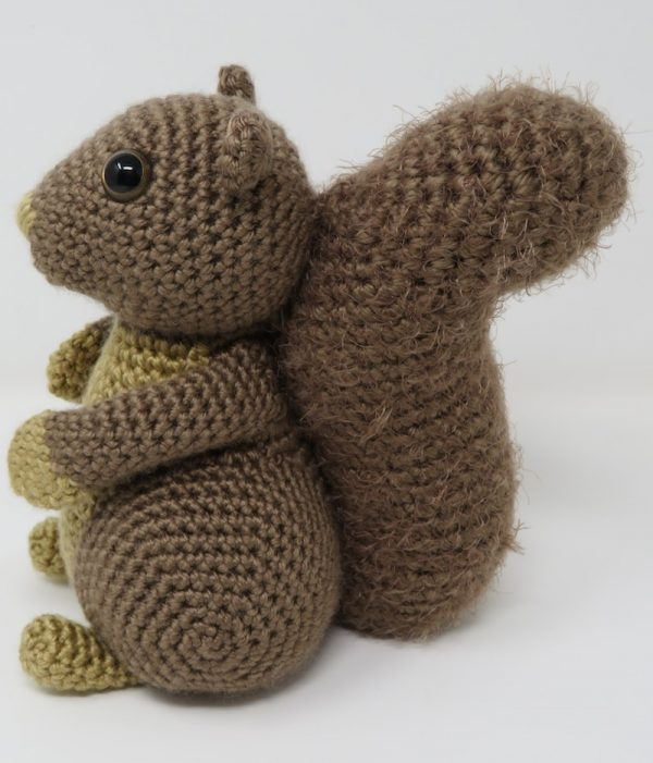 Hygge Squirrel, free crochet amigurumi pattern by Hooked by Kati for Underground Crafter - Squirrel profile