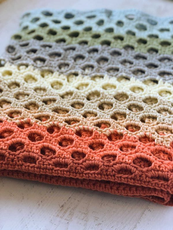 Free crochet pattern: Sweet Honeycomb Super Wrap in Paintbox Yarns Cotton Aran yarn by Stitch in Progress for Underground Crafter | honeycomb trellis stitch detail